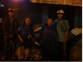 Các bạn trẻ an bằng đi thăm người già neo đơn ở thành phố Huế