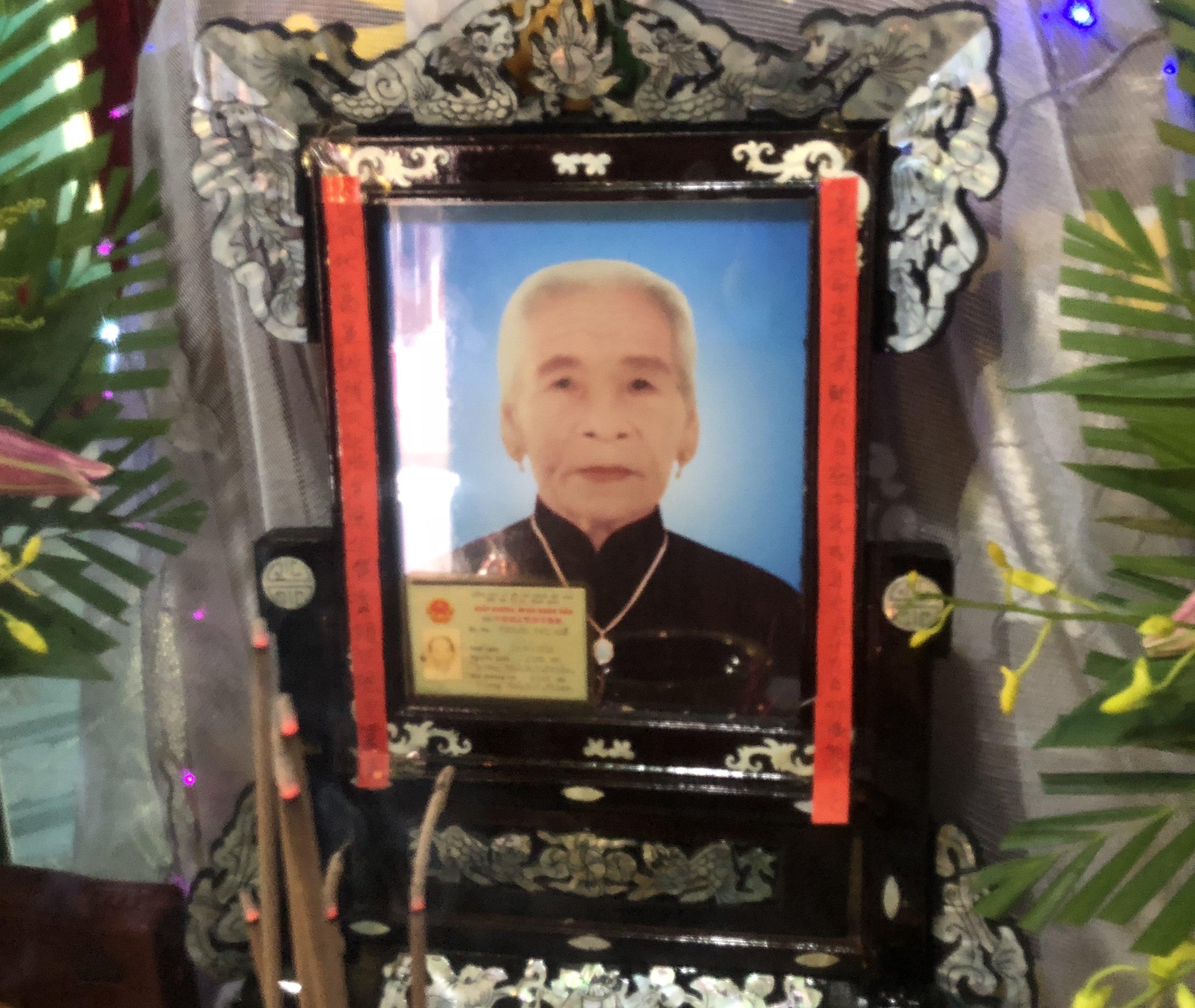 Mệ Trương Thị Huế qua đời.