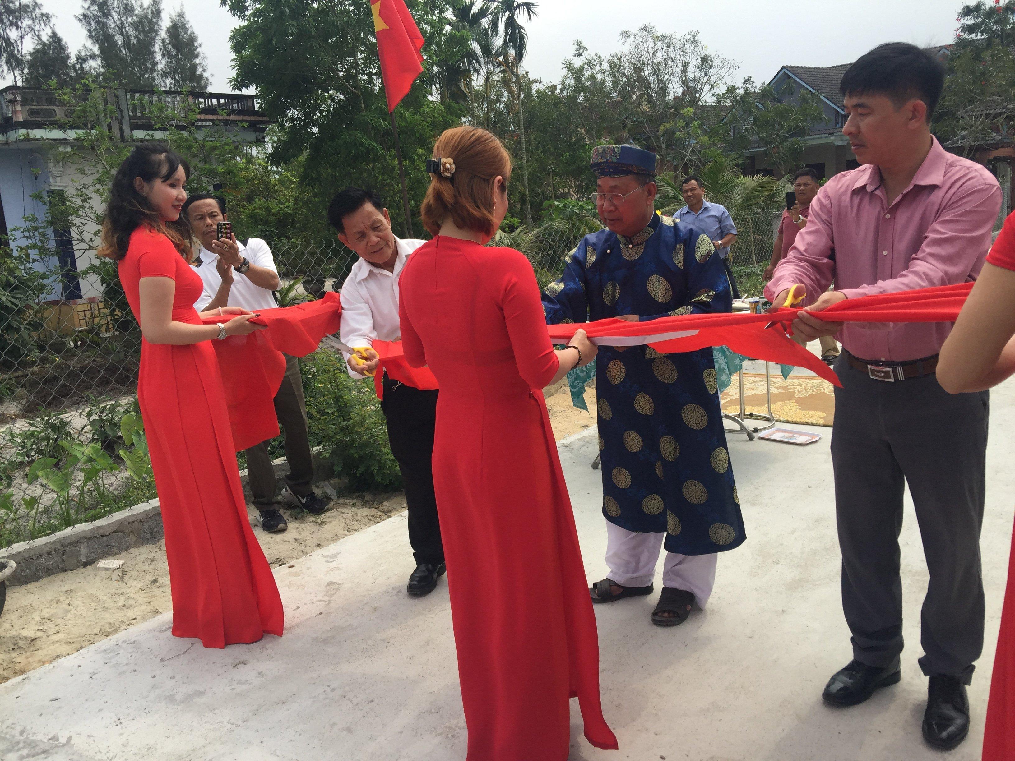 Lễ khánh thành đường bê tông hóa của xóm trên Bắc Thượng